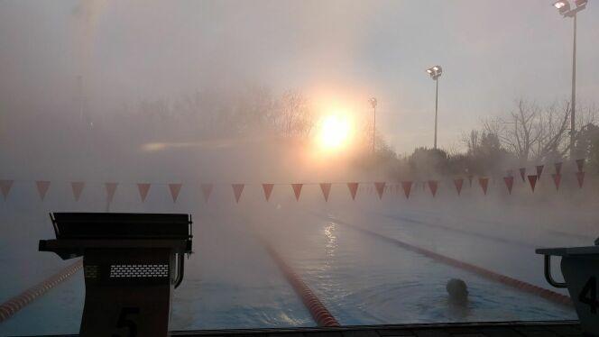 L'épaisse brume forme un beau contraste avec le lever du soleil.DR