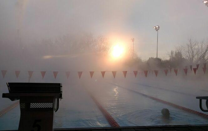 L'épaisse brume forme un beau contraste avec le lever du soleil. DR