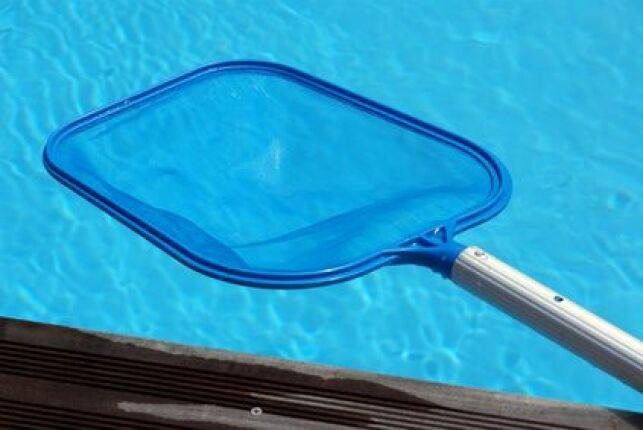 L'épuisette permet de nettoyer la surface de la piscine.