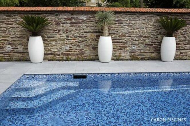 """L'escalier anti-dérapant permet de rentrer dans sa piscine en toute sécurité.<span class=""""normal italic petit"""">© Caron</span>"""