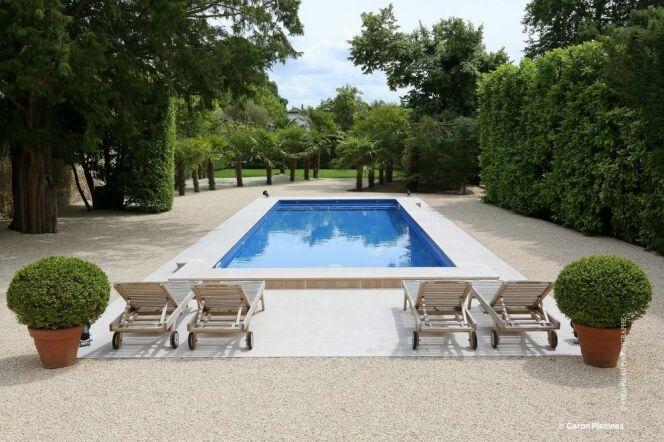 """L'escalier roman contribue à l'élégance de votre piscine.<span class=""""normal italic petit"""">© Caron</span>"""