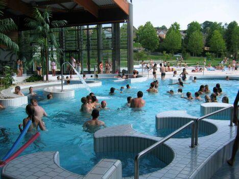 """L'espace extérieur de la piscine Aqua'reL à Lons le Saunier<span class=""""normal italic petit"""">DR</span>"""