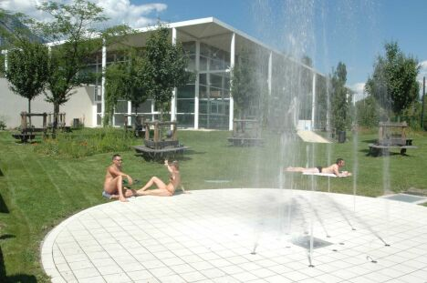 """L'espace extérieur de la piscine des Buclos à Meylan<span class=""""normal italic petit"""">© Ville de Meylan/Dominique Urschfeld</span>"""