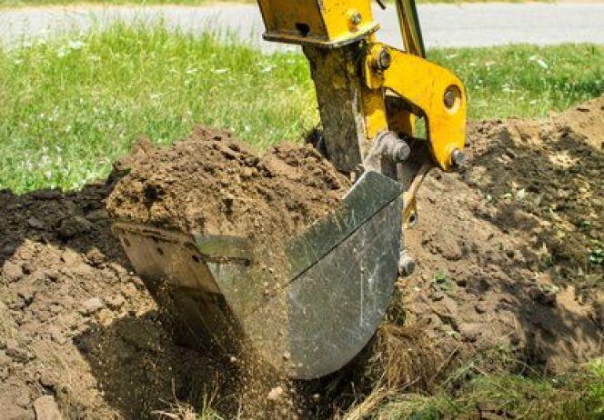 L'excavation de le terre après le terrassement de votre piscine