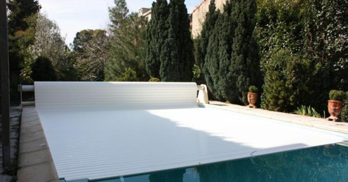 l hivernage de la piscine avec un volet prot ger son bassin. Black Bedroom Furniture Sets. Home Design Ideas