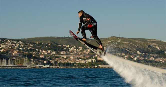 "L'hoverboard aquatique<span class=""normal italic petit"">© Startin' Sport</span>"