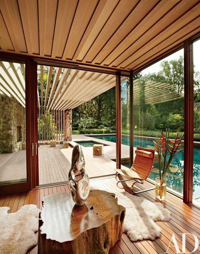"""L'intérieur du Pool House : design et détente.<span class=""""normal italic petit"""">© Architectural Digest</span>"""