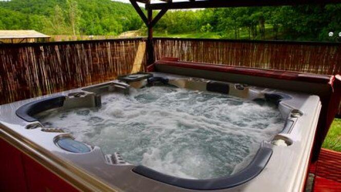 """Un spa bien isolé est important pour des baignades toujours à bonne température.<span class=""""normal italic petit"""">© aleksandar plavevski - Fotolia.com</span>"""