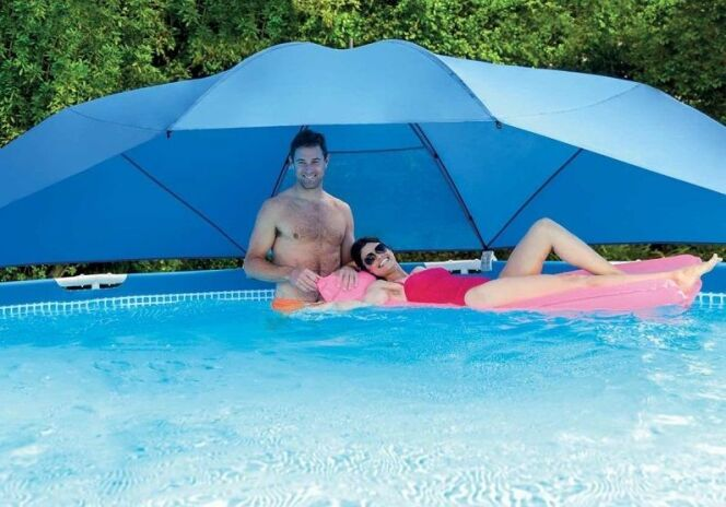 "L'ombrelle de piscine<span class=""normal italic petit"">© Intex</span>"