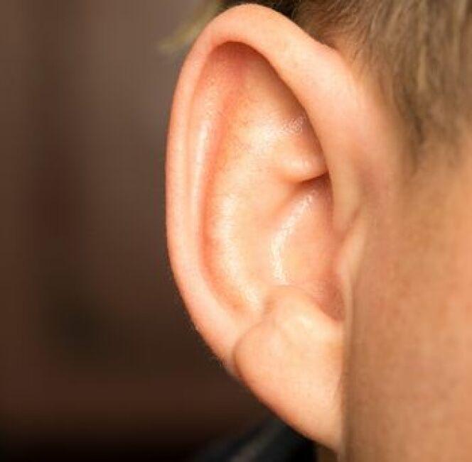 """L'oreille du nageur est une infection de l'oreille externe est soignée dès que les premiers symptômes apparaissent. <span class=""""normal italic petit"""">© @schankz Fotolia</span>"""