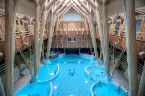 """L'architecture exceptionnelle de la piscine Aquensis à Bagneres de Bigorre<span class=""""normal italic petit"""">© AQUENSIS Jarno</span>"""