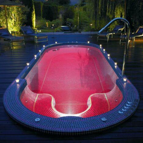 """L'éclairage du spa de nage Mosaïque est étudié pour la détente.<span class=""""normal italic petit"""">© Clair Azur Spas</span>"""