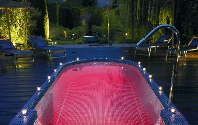 L'éclairage du spa de nage Mosaïque est étudié pour la détente. © Clair Azur Spas
