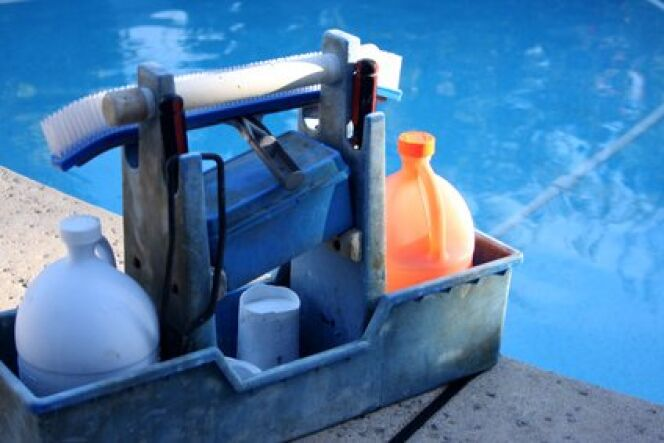 "L'entretien de votre piscine : quels produits ?<span class=""normal italic petit"">© Greg Pickens - Fotolia.com</span>"