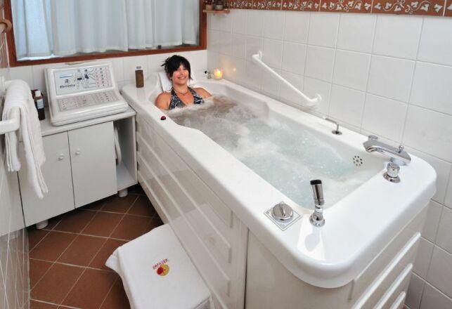 La baignoire de balnéothérapie du spa Espace Amphorm à Enghien-les-Bains