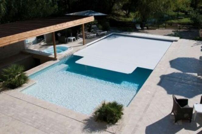 """La couverture de piscine automatique permet de recouvrir votre piscine sans effort.<span class=""""normal italic petit"""">© Abriblue</span>"""