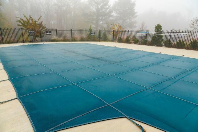 La couverture de piscine rigide : un système de sécurité