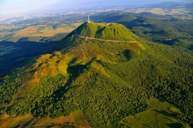 La cure thermale en Auvergne est l'occasion de découvrir les volcans endormis.