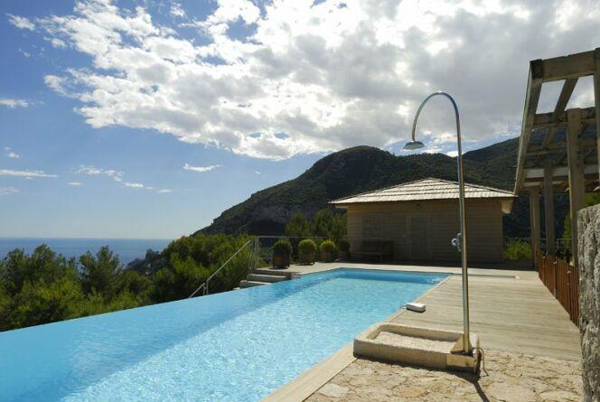 "La douche de piscine<span class=""normal italic petit"">© L'Esprit Piscine</span>"