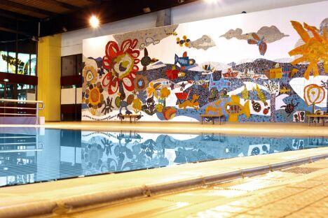 """La fresque en mosaïque de la piscine olympique à Amnéville<span class=""""normal italic petit"""">© La Robe à l'Eau</span>"""