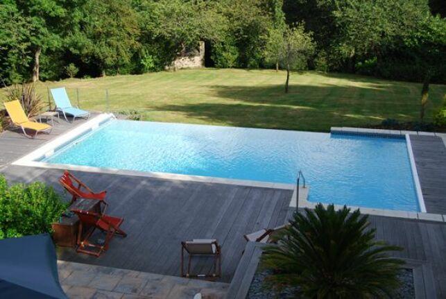 La goulotte de piscine récupère l'eau et lui permet de passer dans le système de filtration de la piscine.
