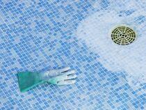 La grille de bonde de fond de la piscine