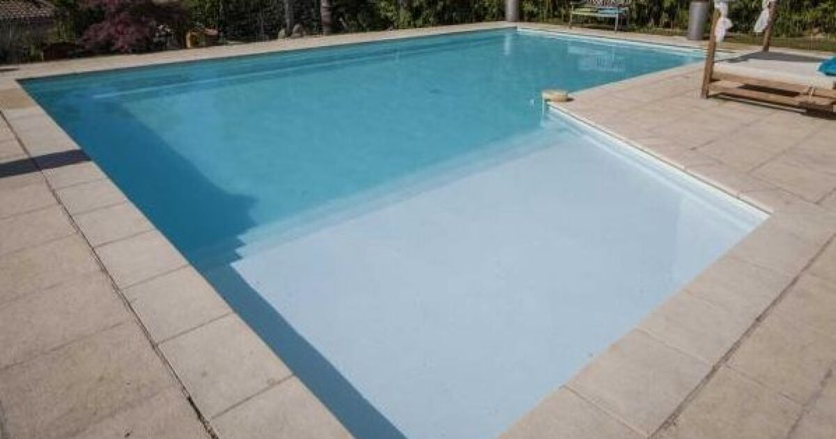 la marche de s curit dans une piscine. Black Bedroom Furniture Sets. Home Design Ideas