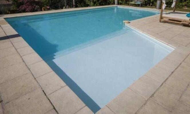 La marche de sécurité dans une piscine