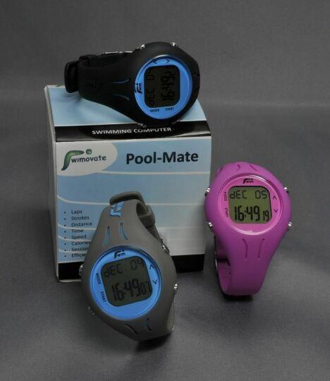 """La montre de natation PoolMate existe en plusieurs coloris.<span class=""""normal italic petit"""">© Swimovate</span>"""