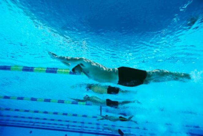 """La natation est un sport idéal pour travailler ses abdos.<span class=""""normal italic petit"""">© moodboard</span>"""