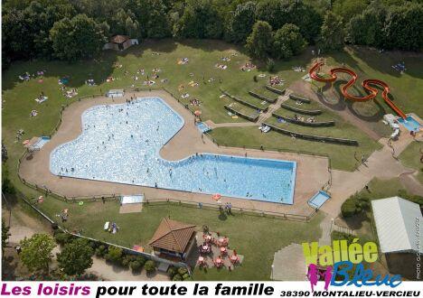 "La piscine Aquaparc de Montalieu Vercieu avec son grand solarium engazonné<span class=""normal italic petit"">© G. Cabella Cabelloïde</span>"