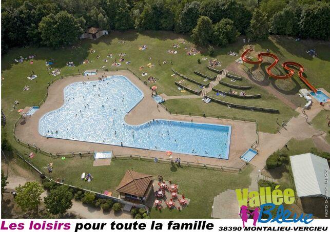 La piscine Aquaparc de Montalieu Vercieu avec son grand solarium engazonné