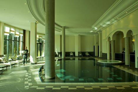 La piscine au spa du Pavillon de la Rotonde de Charbonnières-les-Bains est équipée d'une système de nage à contre-courant.