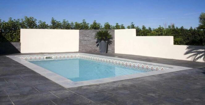 """La piscine Bermudes : coque à fond incliné par Mediester<span class=""""normal italic petit"""">© Piscines Mediester</span>"""
