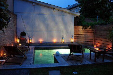 "La piscine citadine forme angulaire par l'Esprit Piscine de nuit<span class=""normal italic petit"">© L'Esprit piscine</span>"