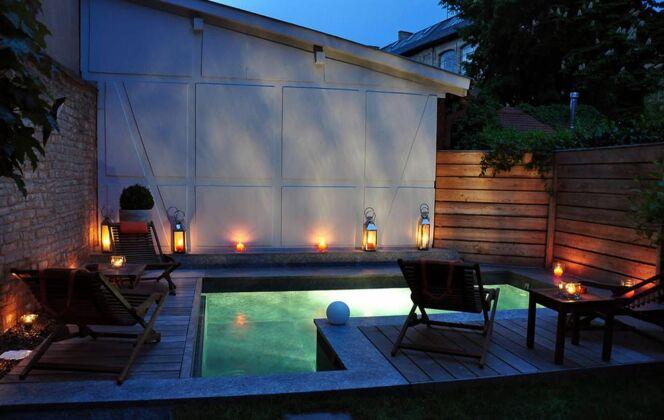 La piscine citadine forme angulaire par l'Esprit Piscine de nuit © L'Esprit piscine