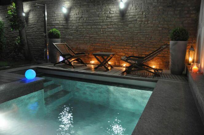"""La piscine citadine forme angulaire par l'Esprit Piscine<span class=""""normal italic petit"""">© L'Esprit piscine</span>"""