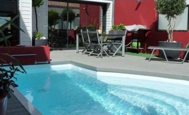 Photo de piscines avec terrasse salon de jardin la for Salon de piscine