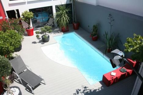 "La piscine citadine forme libre par l'Esprit Piscine<span class=""normal italic petit"">© L'Esprit Piscine</span>"