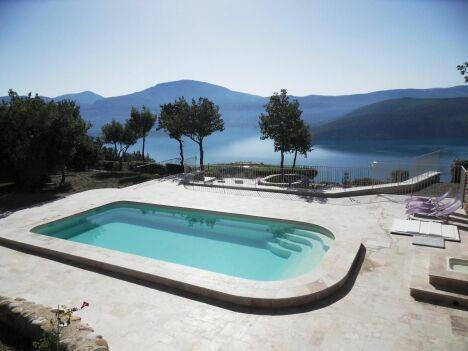 "La piscine coque par Arion Piscines Polyester<span class=""normal italic petit"">© Arion Piscines Polyester</span>"