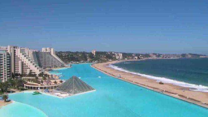 """La piscine d'Algarrobo : la plus grande du Monde<span class=""""normal italic petit"""">© Piscine algarrobo</span>"""