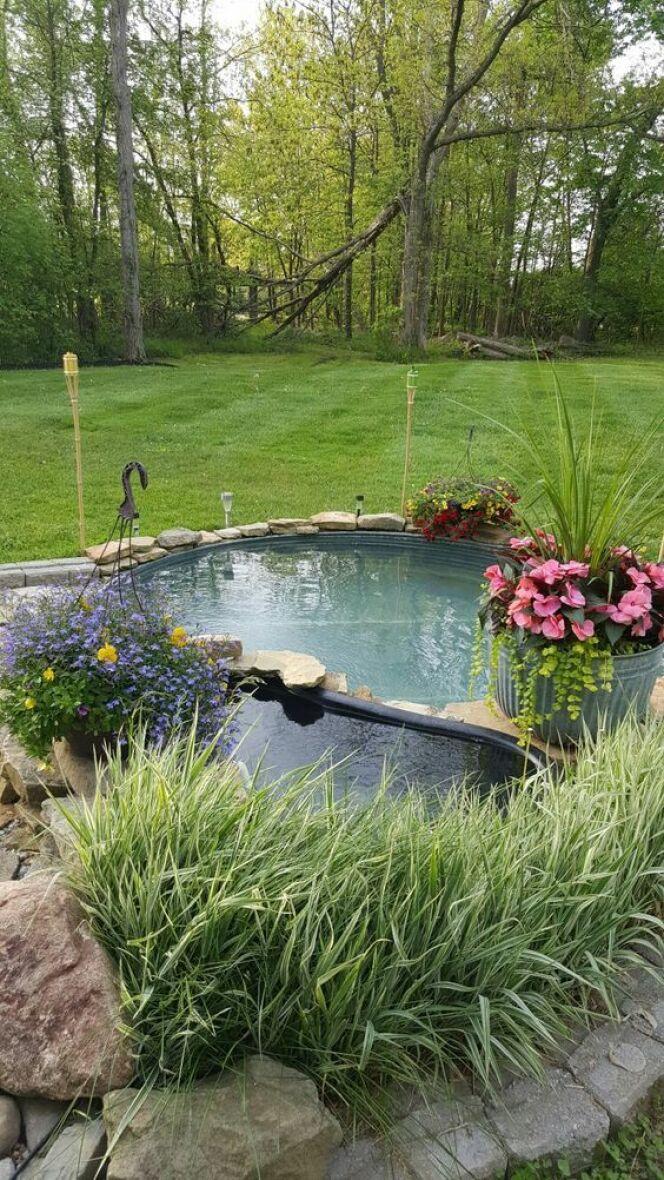 La piscine dans une cuve en métal enterrée : originale et peu onéreuse.