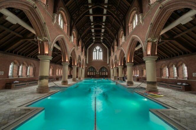 La piscine de 25m de l'église de Repton Park : faire ses longueurs en admirant l'architecture