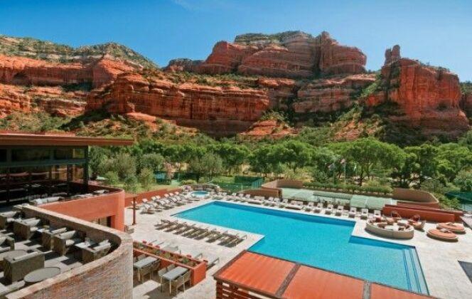 La piscine de l'hotel Enchantment Resort, entourée par les formations de roche rouge du Boynton Canyon (Arizona, Etats-Unis) © enchantement resort