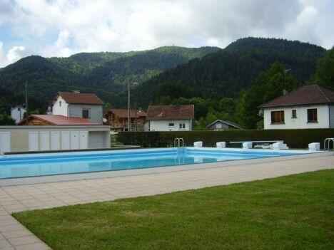 """La piscine de Saint Maurice sur Moselle<span class=""""normal italic petit"""">DR</span>"""