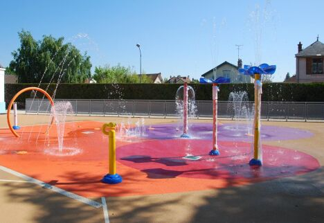 """La piscine de Sainte Savine met des jeux d'eau à disposition des nageurs.<span class=""""normal italic petit"""">DR</span>"""