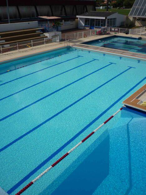 """La piscine de Surgères possèdent plusieurs bassins de natation découverts.<span class=""""normal italic petit"""">DR</span>"""