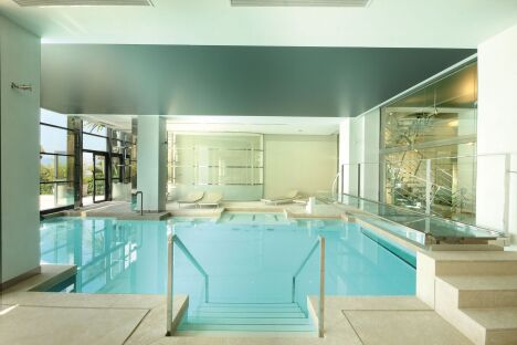 La piscine des Thermes Marins à Cannes et son parcours aquatique.