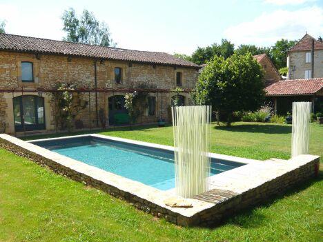 """La piscine design ajoute du cachet à une maison de pierres anciennes<span class=""""normal italic petit"""">© L'Esprit Piscine</span>"""