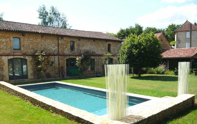 La piscine design ajoute du cachet à une maison de pierres anciennes © L'Esprit Piscine
